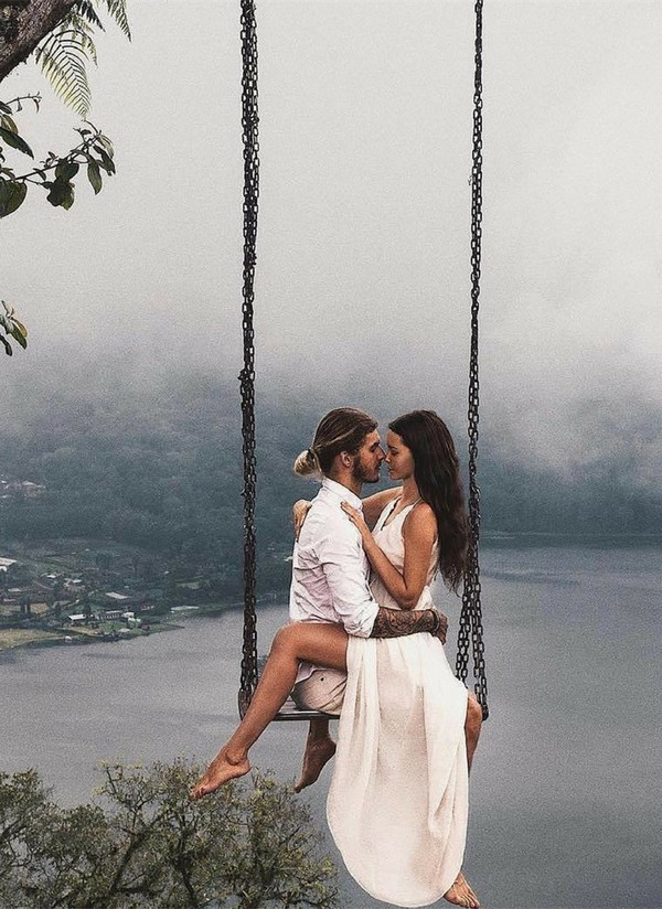 incredible romantic wedding photo ideas on swing