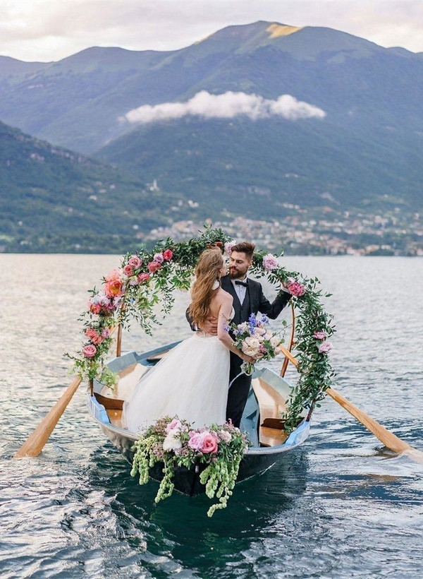 romantic wedding photo ideas in a boat