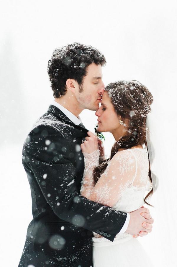 kiss in the snow winter wedding photo ideas