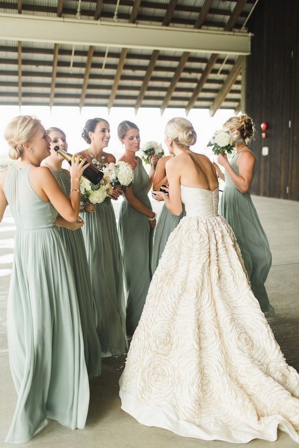 wedding photo ideas with bridesmaids in sage green dresses